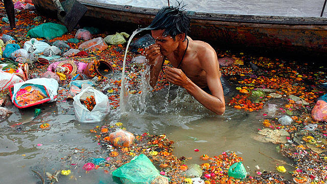bath_holy_river_polution_india_q_48783